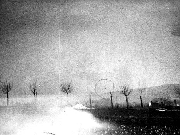 Nálet na Valašské Meziříčí 11. 4. 1945, v kroužku letadlo.  Fotografii zapůjčil J. Plaček, autor fotografie neznámý