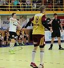 Házenkáři Robe Zubří (v bílém) v semifinále extraligy s pražskou Duklou