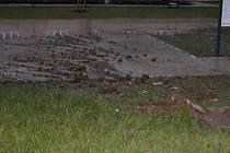 K poruše na teplo-horkovodním potrubí došlo ve čtvrtek večer ve vsetínském sídlišti Trávníky.