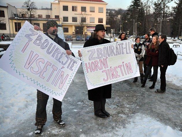 Odpůrci bourání Horního Jiřetína kvůli diskutovanému prolomení těžebních limitů se sešli ve čtvrtek 5. února 2015 na náměstí Svobody ve Vsetíně
