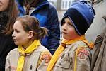 Valašskomeziříčští skauti při sázení jinanu dvoulaločného před Základní školou Šafaříkova ve Valašském Meziříčí