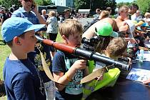 Jako na vojně. Malí zvědavci i jejich tatínkové a dědečkové si přišli v pátek prohlédnout vojenskou techniku v Masarykově proluce ve Valašském Meziříčí.