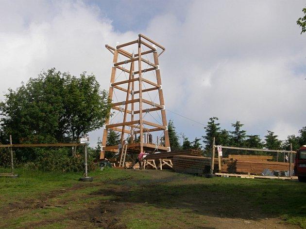 Budování nové rozhledny na vrcholu Velkého Javorníku v Moravskoslezských Beskydech.