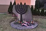 Pietní akt u příležitosti Mezinárodního dne památky obětí holocaustu ve Štěpánské ulici ve Vsetíně; pondělí 27. ledna 2020. Na snímku památník stojící na místě někdejší židovské synagogy, kterou v noci z19. na 20. března 1939 vypálili nacisté.