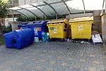 Ve Vsetíně kontejnery na tříděný odpad na mnoha místech přetékají. Lidé odkládají plasty, ale i velkoobjemový odpad kolem popelnic - sídliště Rokytnice