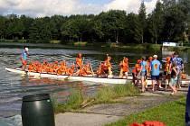 Kelečský rybník v sobotu 14. srpna pohostil první ročník závodu Dračích lodí. Utkalo se celkem čtrnáct dvacetičlenných posádek.
