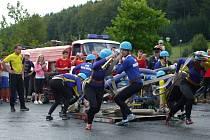 Hasičky SDH Dolní Bečva při soutěži v požárním útoku v Prostřední Bečvě, sobota 31. srpna 2013.