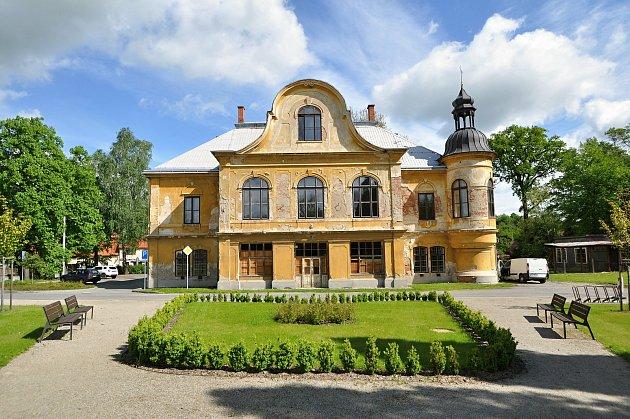 Stavbu braneckého zámku zahájil na počátku 18.století držitel braneckého léna rytíř František Erasmus Lockner. Vpolovině 19.st. byla přistavěna dvě boční křídla, ve stejném století pak následovala výrazná přestavba zámku vtehdy módním romantickém hist