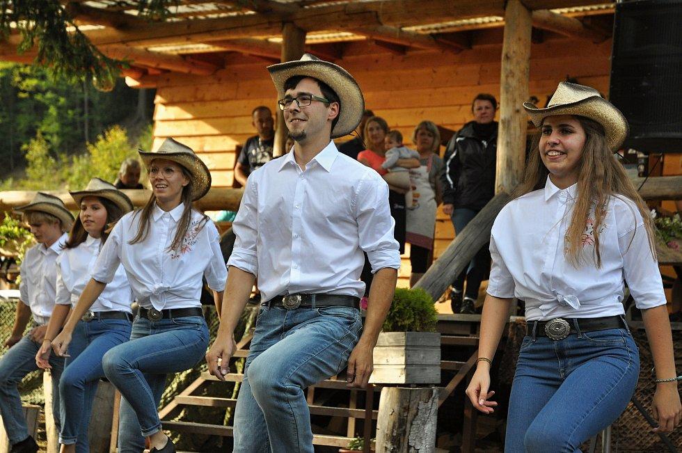 Taneční skupina Ruty Šuty Kelč vystupuje v programu benefičního odpoledne věnovaného postiženému Kubovi Guryčovi z Rožnova pod Radhoštěm; Kemp Ranč Bystřička, sobota 19. září 2020