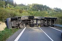 Převrácený kamion s obilím zablokoval silnici I/57 za obcí Lidečko