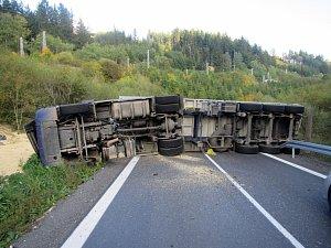 Dopravní nehoda kamionu u Lidečka