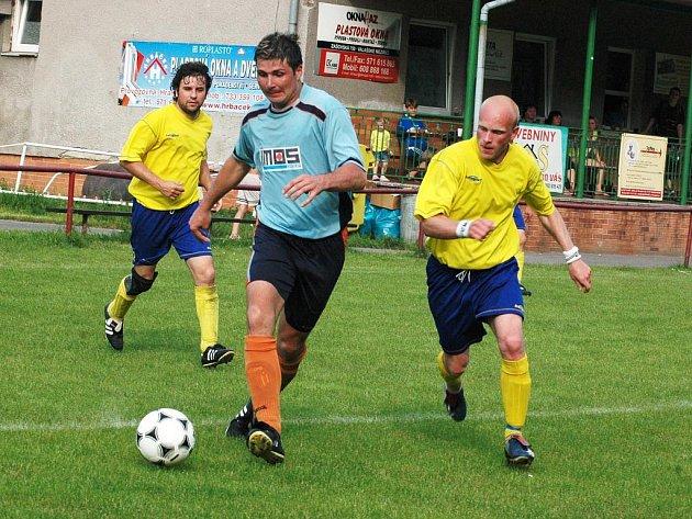 Fotbalisté Juřinky (světlejší dresy) si proti zachraňujícím se Přílukám vybrali špatný den a po vlažném výkonu prohráli 1:2.
