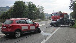 Při nehodě osobáků se zranili řidiči a cyklista, který narazil do značky
