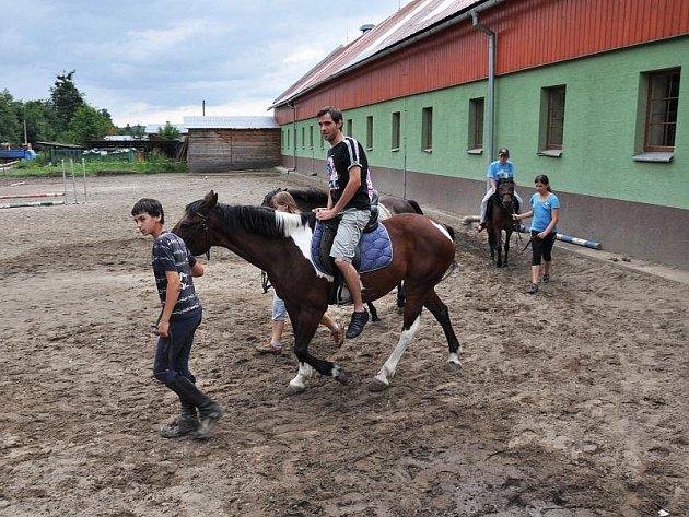 Děti nemocné hemofilií tráví čas na táboře v Bílé-Mezivodí. V úterý navštívily Prostřední Bečvu, kde se mohly projet na koních či čtyřkolkách.
