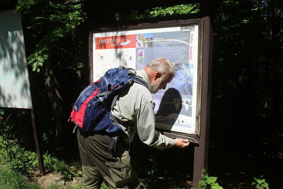 Jaromír Navrátil je dobrovolným strážcem CHKO Beskydy. Pulčínské skály mu učarovaly už v dětství. Je i okolí chrání i opravuje už přes čtyřicet let.