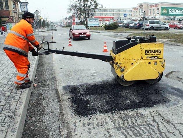 Cestáři v Rožnově pod Radhoštěm opravují výtluky v silnicích.