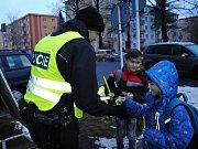 Hlídky strážníků a policistů rozdávají na u čtyř základních škol reflexní pásky a přívěsky přecházejícím dětem i dospělým; Valašské Meziříčí, úterý 5. prosince 2017