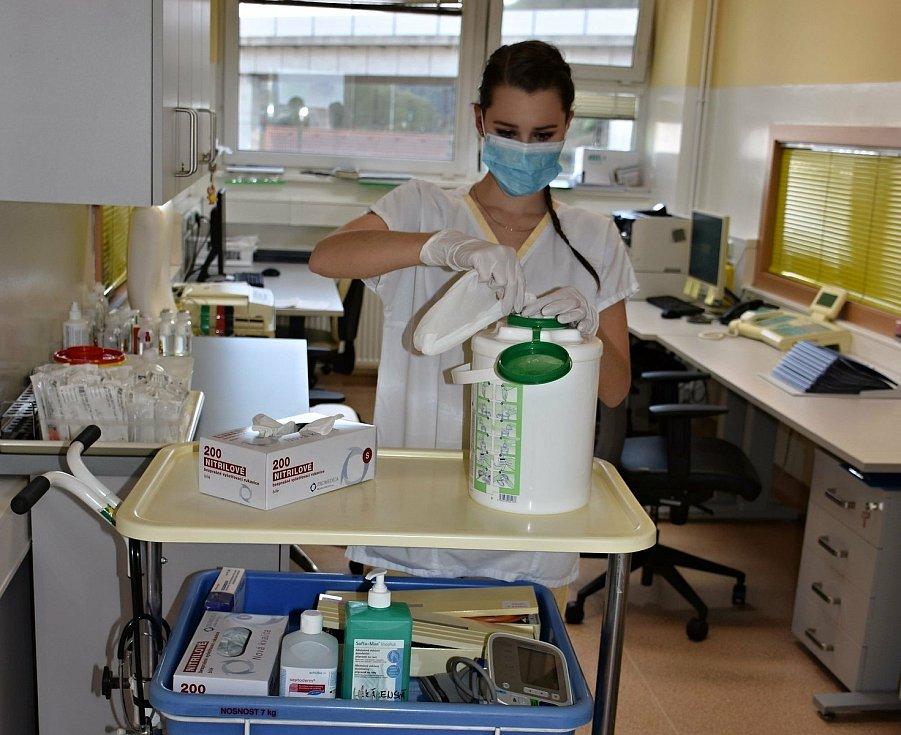 Studentka medicíny Viktorie Mollová se na jaře během první vlny koronavirové epidemie dobrovolně přihlásila ve Vsetínské nemocnici. Pomáhala s péčí o pacienty na infekčním oddělení.