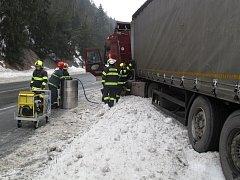Zábradlí prorazilo nádrž kamionu, uniklo 300 litrů nafty