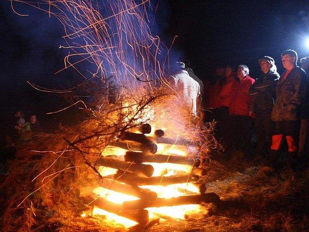 Strážní ohně už potřetí propojily lidi na kopcích v regionu. Loni bylo zapáleno 22 ohňů.