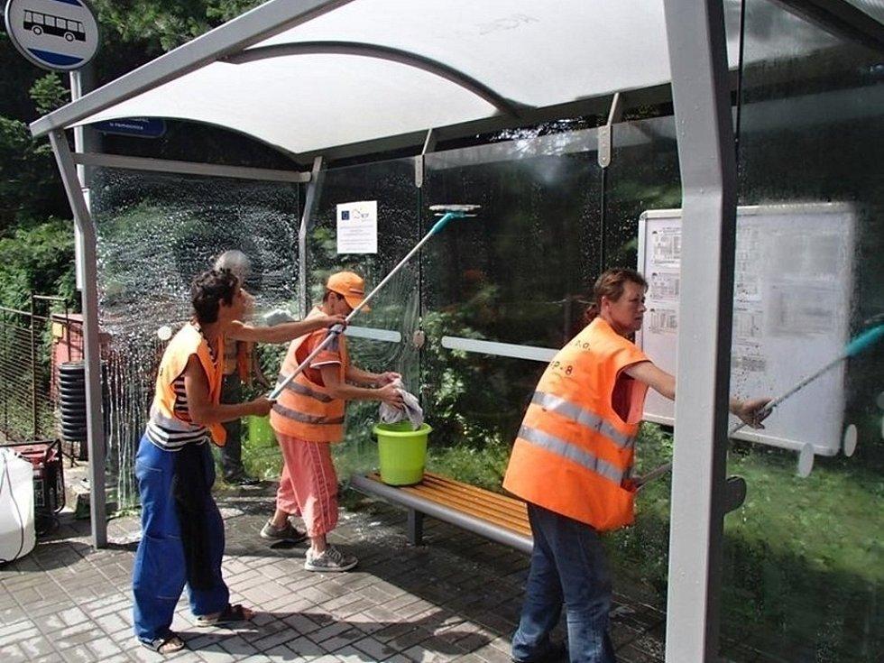 Lidé na veřejně prospěšných pracích uklízejí autobusové zastávky ve Valašském Meziříčí
