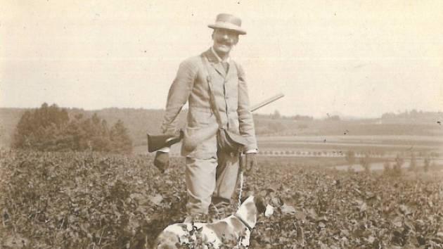 Filip Kinský v roce 1895 s jedním ze svých loveckých psů.