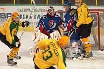 Hokejisté Vsetína (zleva ve světlých dresech Vaněk, Zavrtálek, Ševčík) mají po středeční prohře s Novým Jičínem znovu výhodu domácího prostředí.