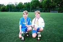 Dvojčata Kamila Dubcová (vlevo) a Michaela Dubcová se na turnaji v Praze rozhodně neztratily. Předvedly výborný výkon a Míša vyhrála dokonce titul nejlepší střelkyně turnaje.