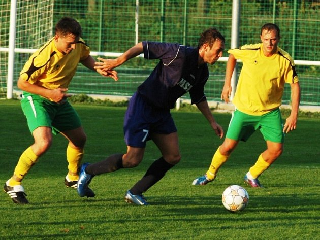 Fotbalisté Velkých Karlovic + Karolinky (ve žlutém).