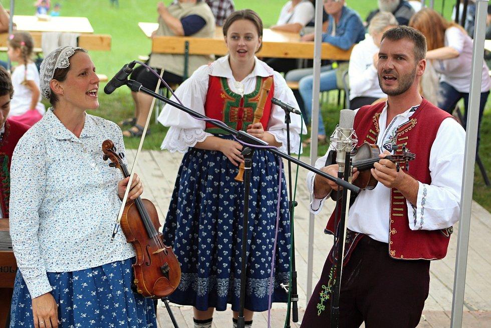 Cimbálová muzika Krkostěna z Nového Hrozenkova vystupuje na Ovčáckých slavnostech na Santově v Malé Bystřici; sobota 15. září 2018