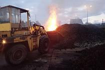 V Jablůnce hořela hromada s 200 tunami briket
