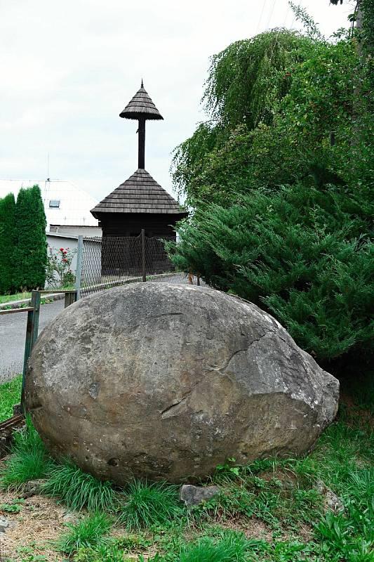 Vidče - kamenná koule v zahradě v sousedství kostela