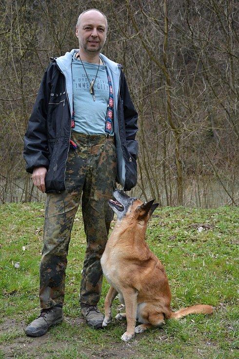 Psi nemohli v době pandemie na cvičáky. Chybí jim socializace. Na snímku výcvikář Pavel Riedl se čtrnáctiletou fenou belgického ovčáka Cho Chang.