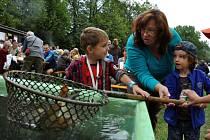 Děti se učí rybolovu v rybářském areálu U Sandriku při sobotním programu 14. ročníku festivalu Valašské záření; Vsetín, sobota 8. září 2012