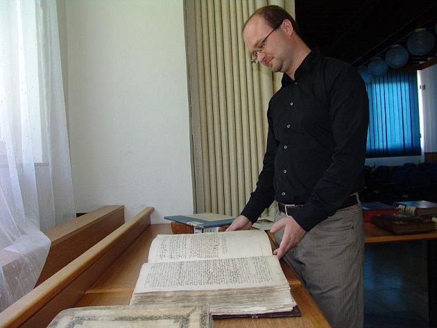Ve Vsetíně vystavují historické listiny.