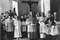 Kardinál. V roce 1905 se v obci narodil Štěpán Trochta, salesián, biskup a kardinál. Po životě plném utrpení zemřel v roce 1974. Je pohřben v Litoměřicích. V jeho rodném domě bylo otevřeno muzeum. V kostele je umístěna mramorová busta. Štěpán Trochta věno