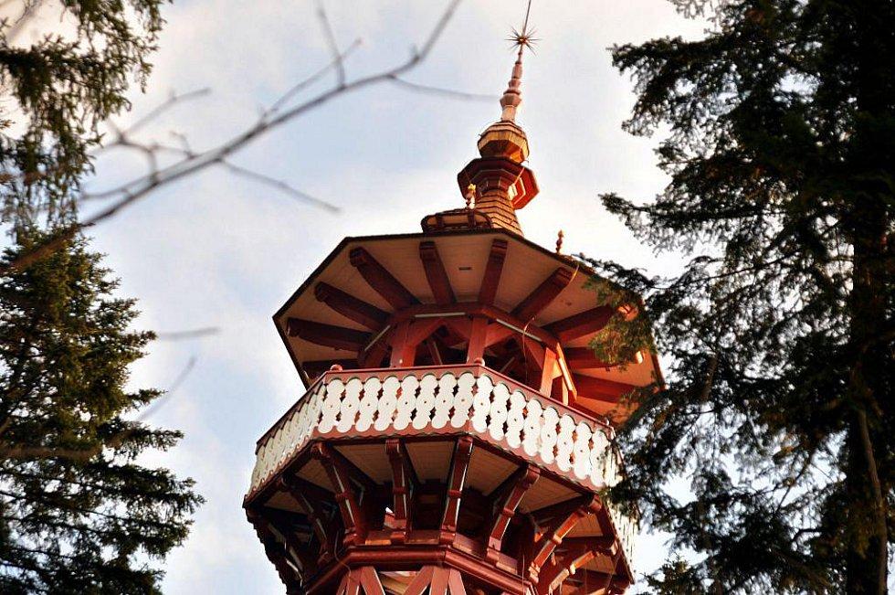 Dokončená Jurkovičova rozhledna na Karlově kopci v Rožnově pod Radhoštěm
