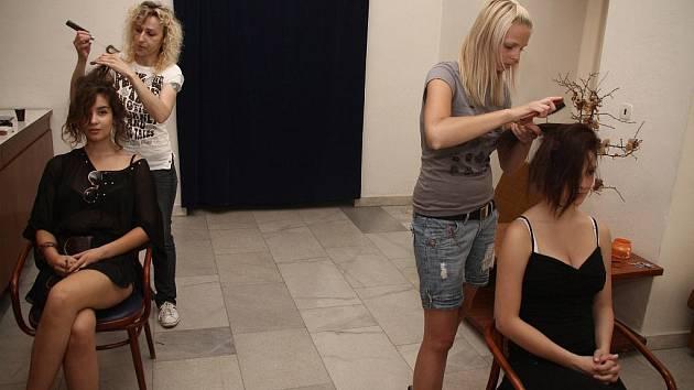 Ve vsetínském zámku se ve čtvtek večer konala módní přehlídka Studia 365 z Valašského Meziříčí. Odpoledne před akcí věnovaly modelky přípravě.