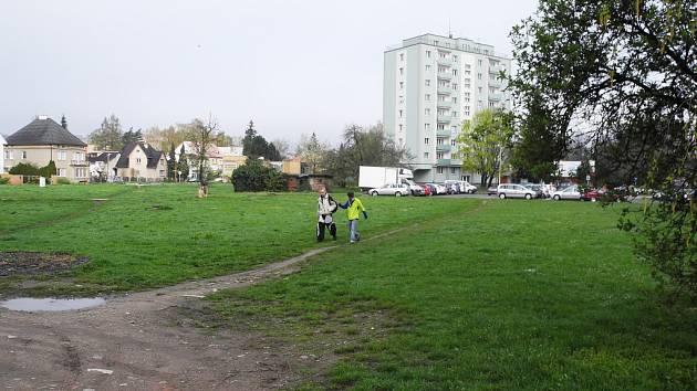 Park, nebo moderní víceúčelový komplex? Po patnácti letech se opět vedou diskuse.