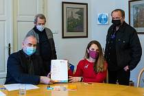 Generální ředitel Národního muzea v přírodě Jindřich Ondruš (sedící vlevo) a předsedkyně Českého výboru ICOM Gina Renotière podepisují ve Valašském muzeu v přírodě v Rožnově pod Radhoštěm smlouvu o partnerské spolupráci snorským městem Roros; pátek 5. ún