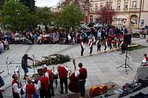 Soubor Vsacan při slavnosti Stavění máje ve Vsetíně. Ilustrační foto.