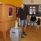 V největším vsetínské volebním okrsku v Naději hlasoval v sobotu dopoledne také Adam Řepka.