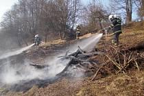K prvnímu letošnímu případu nezákonného vypalování trávy na Vsetínsku vyjížděli hasiči do Velkých Karlovic.