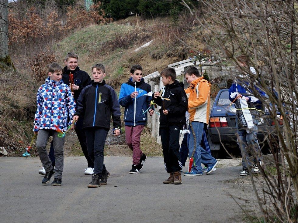 Mladí chlapci v Lidečku vyrazili na šmigrust s tatary z vrbového proutí i větvičkami pichlavého jalovce. Lidečko, velikonoční pondělí, 28. března 2016