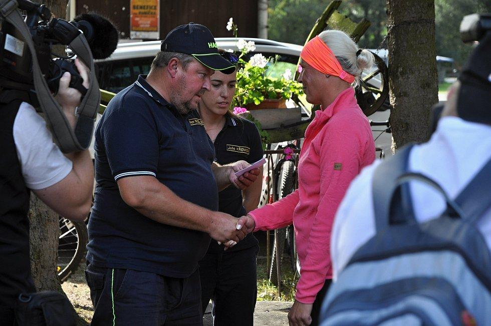Dobrovolní hasiči z Bystřičky předávají v Kemp Ranči Bystřička finanční dar mamince postiženého Jakuba Guryči Ester Guryčové; sobota 19. září 2020
