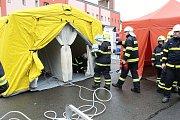 Policisté uzavřeli neprodyšně v úterý v 9 hodin ráno prostranství u stadionu na Ohradě. Všechny složky Integrovaného záchranného systému se tu sjely, aby nacvičily záchyt pacienta s vysoce nakažlivou nemocí.