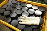 Výroba hokejových puků ve firmě GUFEX v Kateřinicích.
