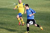 Fotbalisté Kelče B (modré dresy) doma jasně přehráli Byninu 5:0.