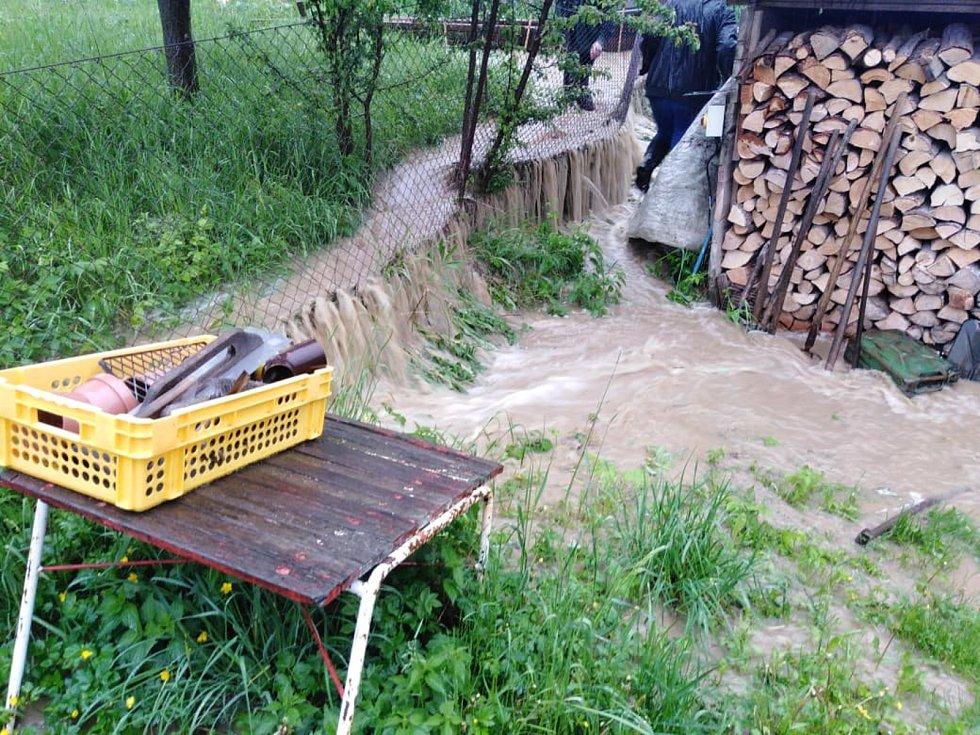 Blesková povodeň 22. května 2019 zaplavila zahrady u domů ve Lhotě u Vsetína.