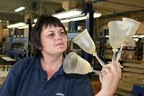 Sklárny v Karolince částečně obnovily výrobu. Do práce 17. srpna nastoupilo osm desítek lidí